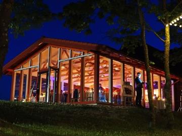 Stiklinė salė naktį