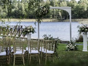 Vestuvių Ceremonija Ant Ežero Kranto